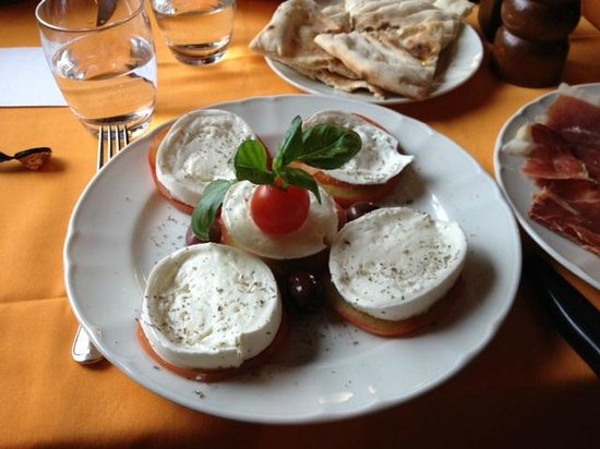 L'Uccellina : Caprese with buffalo mozzarella