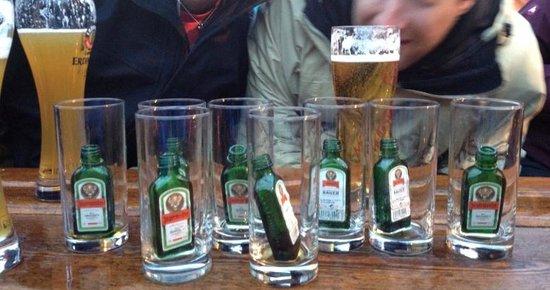Mooserwirt - wahrscheinlich die schlechteste Skihutte am Arlberg: Just some friendly drinks