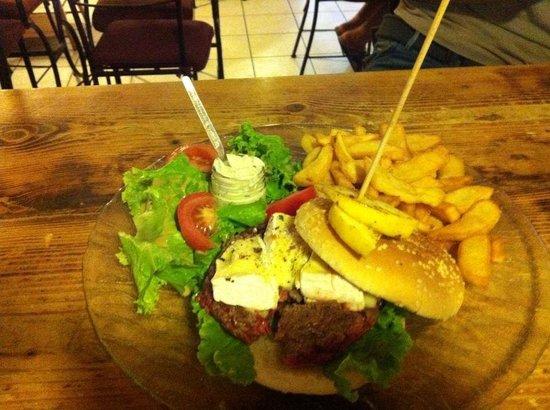 A L' Ancienne: Hamburger maison au camembert