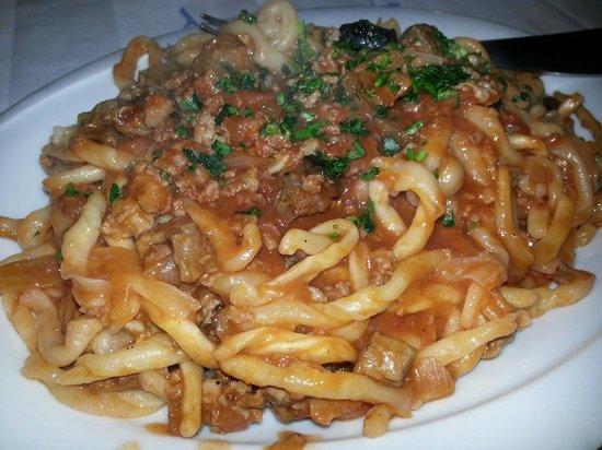 Ca' Poggio: Strozzapreti con salsiccia, bocconcini di manzo, olive e scalogno