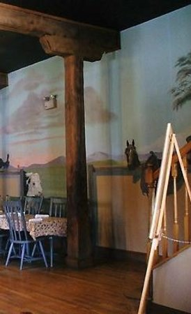 Main Street Mill Restaurant and Pub: Homely atmosphere with murals