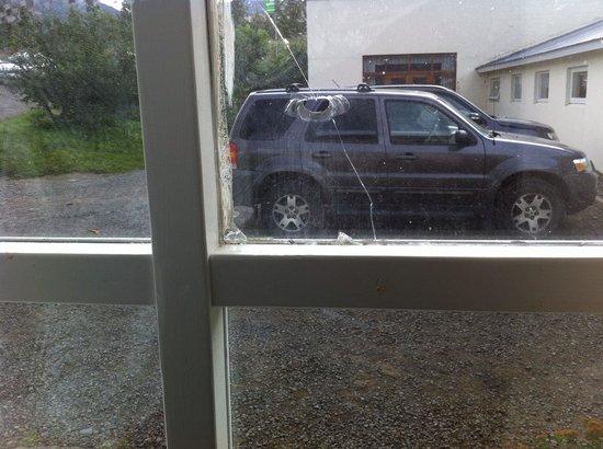 Lamb Inn Ongulsstadir : Vue de la chambre à travers une vitre cassée directement sur le parking