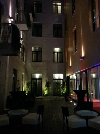 Husa de la Couronne: Hotel courtyard