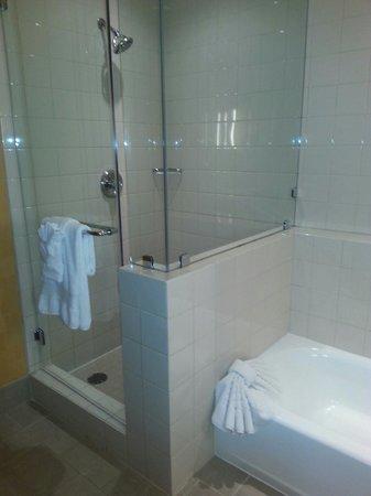 Hilton San Diego Gaslamp Quarter : Bathroom