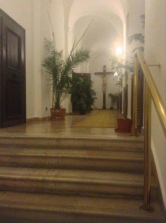 Hotel Klastrom : hallway seen from the reception