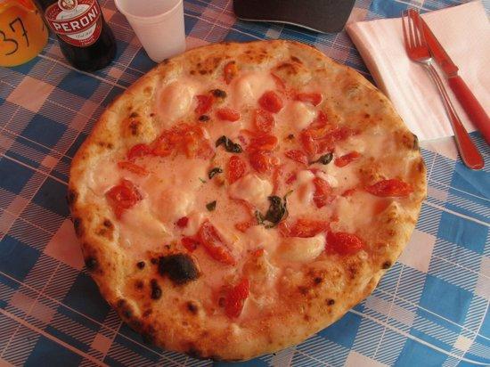 Antica Pizzeria Vincenzo Costa: Margherita a filetto con la bufala