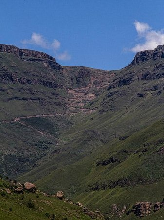 Sani Lodge Backpackers: The serpentine road up Sani Pass