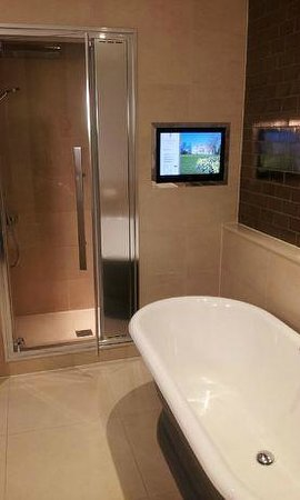 Rudding Park Hotel: Rolled Top Bathroom with Steam Room