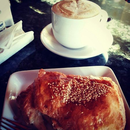 Main St Cafe and Bread Baking Co: Croissant and Café Latte!