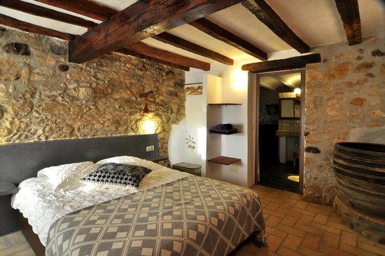 Can Lluis: uno de las dos dormitorios de la casa el Trull con su propio baño