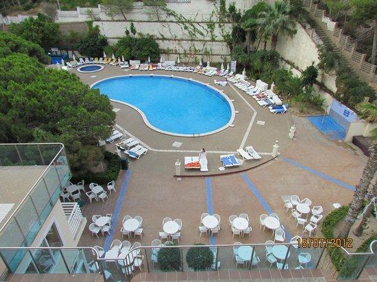 Hotel Best Cap Salou : вид на бассейн рано утром