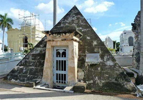 Christopher Columbus Cemetery (Cemetario de Colon): Colon Cemetery mausoleum