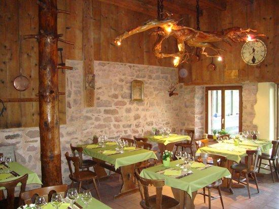 "Restaurant Waldstebel : la grande salle avec le lustre ""racine"""