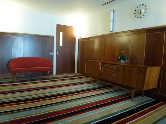 Hotel DeBrett: Landing with vintage furniture and original panelling