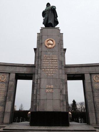 Sowjetisches Kriegsdenkmal: Вечная слава героям...