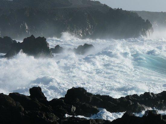 El Lago Verde : waves crashing on rocks near El Golfo