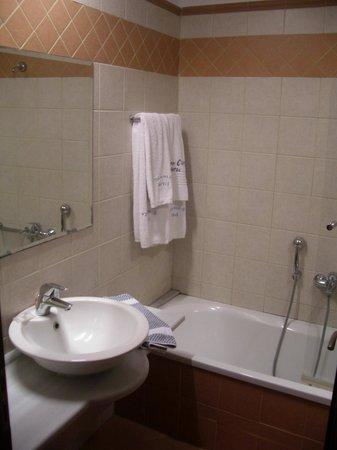 Grecian Castle Hotel: The bathroom