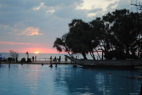 Heritance Ahungalla: Abends am Pool