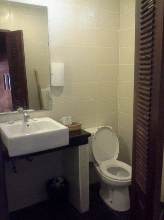 Sunset House Lombok: closet and toilet