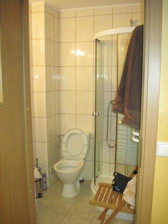 Moon Hostel : комната на три персоны-ванна