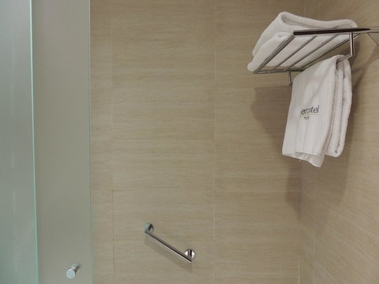 Sercotel Sorolla Palace Hotel: el baño