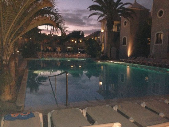 Marylanza Suites & Spa: Poor by night