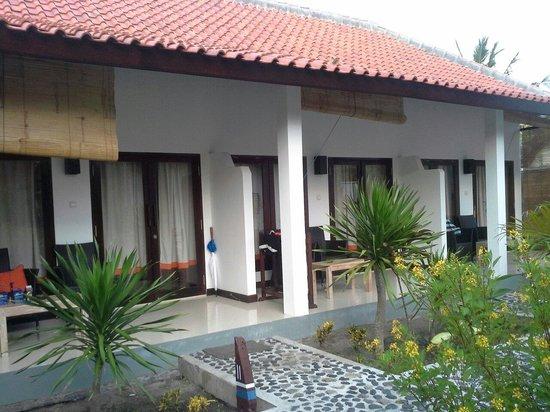Bale Sampan Bungalows: front view