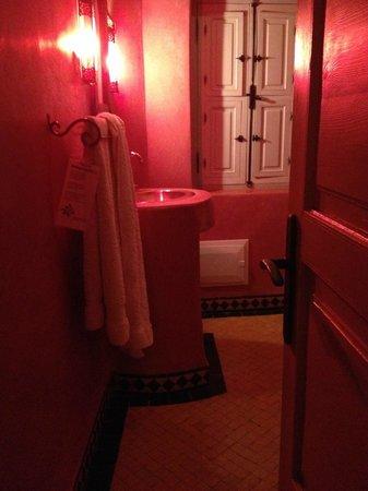 Riad Dollar Des Sables: notre salle de bain, en matériaux traditionnels