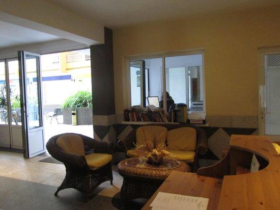 Apartamentos RF Bambi: Lobby (one corner is beside the reception)