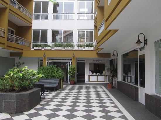 Apartamentos RF Bambi: Patio and reception (photo taken from the gate)