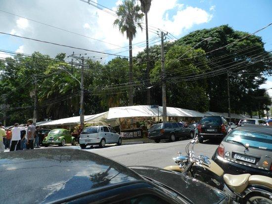 Feira do Bixiga: Visão da feira. Local para estacionamento ao longo da Praça.