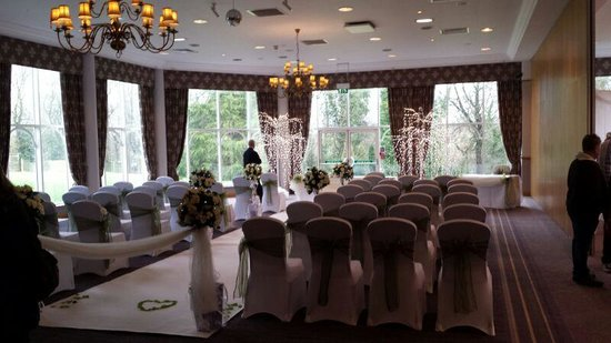 Macdonald Kilhey Court: set out for civil ceremony, lakeside room