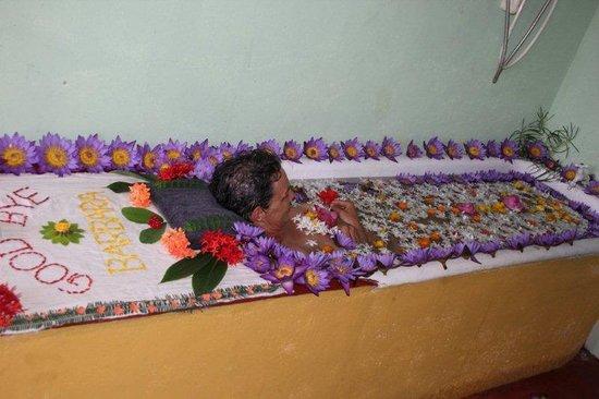 Amarasinghe Guest House: flowerbath