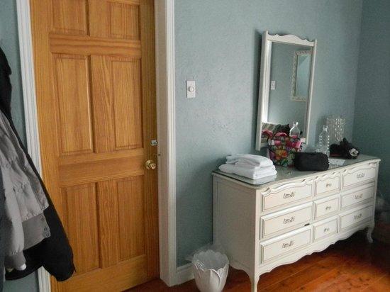 Auberge Old Chelsea: Garden room - attached bathroom (door locked)