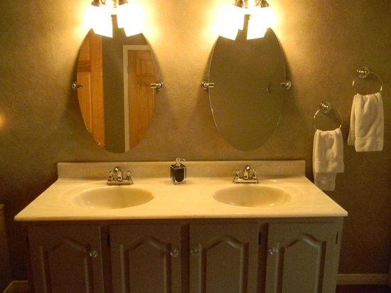 Auberge Old Chelsea : shared bathroom