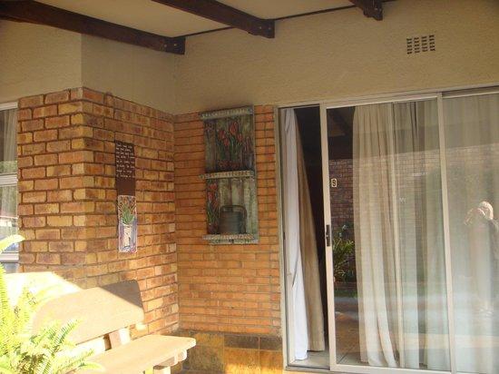 Sunrock Guesthouse: Terrasse face à la chambre