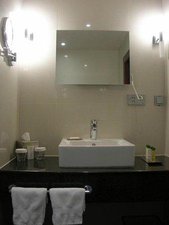DoubleTree by Hilton Hotel Bratislava: Accessible Bathroom