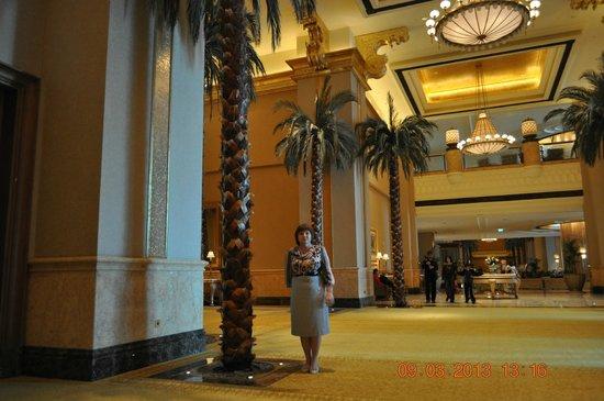 Emirates Palace: В холле (пальмы не настоящие)