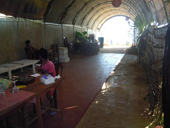 Sunbeam Beach Resort: way to the beach - through a smelly and filthy kitchen/restaurant