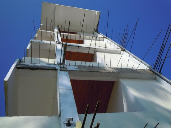 Sunbeam Beach Resort: the side of hotel facing the beach - looks like it's never going to be finished