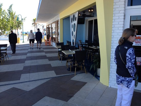 Mulligan's Beach House Bar & Grill: Mulligan's Beach House, Terrasse