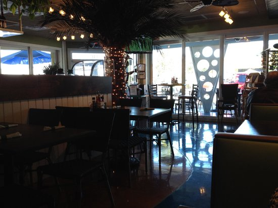 Mulligan's Beach House Bar & Grill: Décor moderne