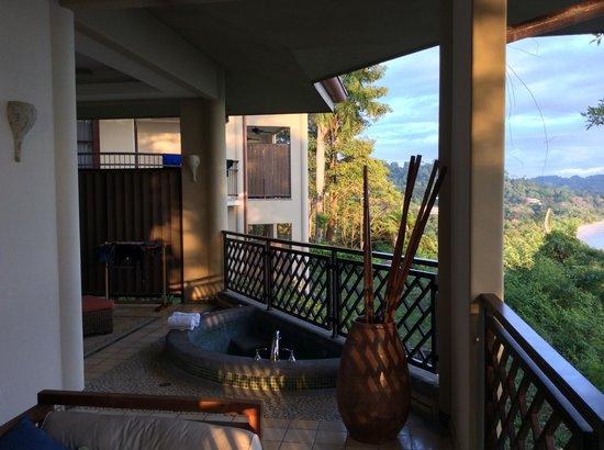 Arenas del Mar Beachfront & Rainforest Resort: private tub on deck of Ocean View Premium room