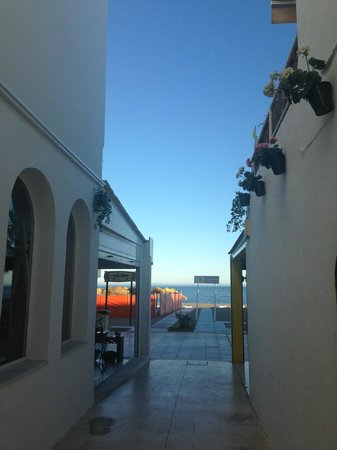Hotel Mediterráneo Carihuela: View from the side alley that leads to the beach