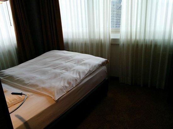 Savoy Hotel: Einzelzimmer - Bett.