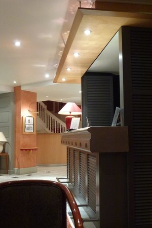 Hotel Les Pleiades - La Baule: Le bar et à l'arrière la réception