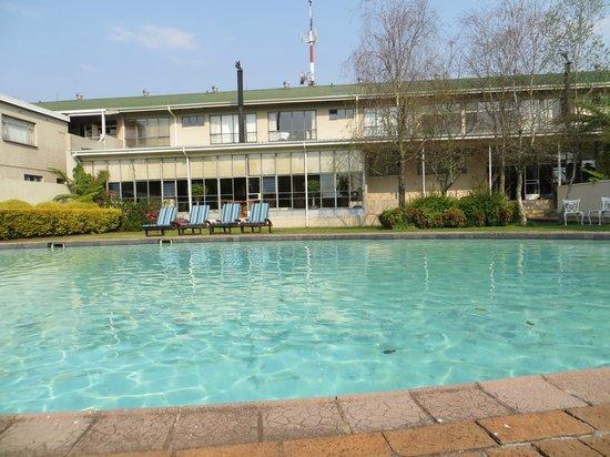 Graskop Hotel: Arrière de l'hôtel avec piscine
