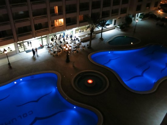 Kn Columbus Aparthotel: POOLS AT NIGHT