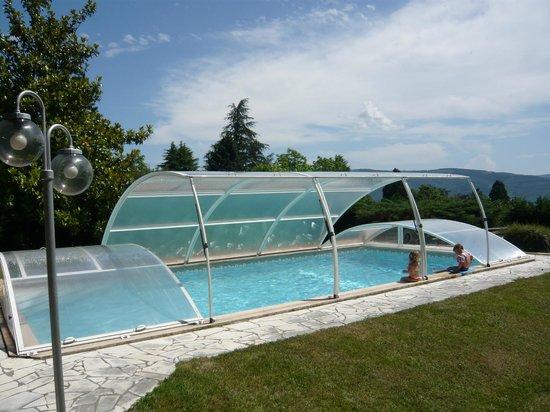 Baudelys : La vaste piscine 10X5, sécurisée par un abri