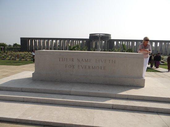 Cimetière militaire de Taukkyan : Entrance